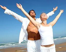 man en vrouw in witte kleding