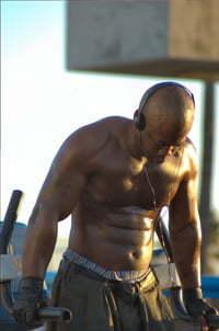 man aan het fitnessen